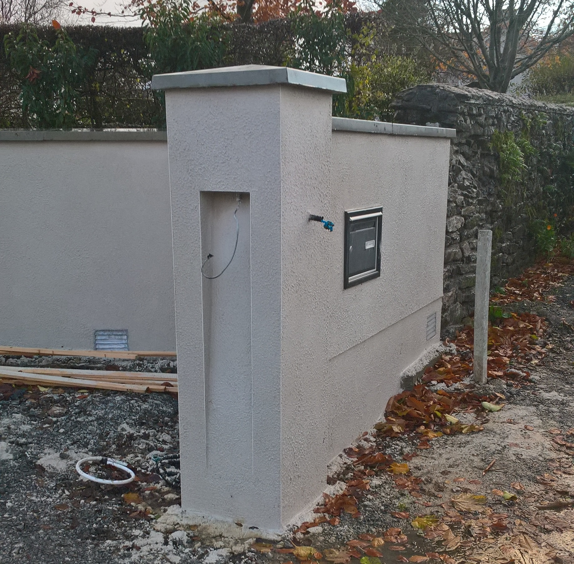 Entrance walls with Nap finish in White Cement